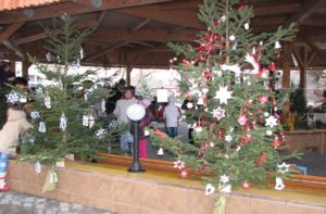 Společné zdobení vánočních stromků